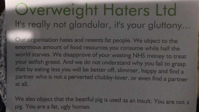 Op het kaartje staat onder meer 'Je bent een dik, lelijk mens'.
