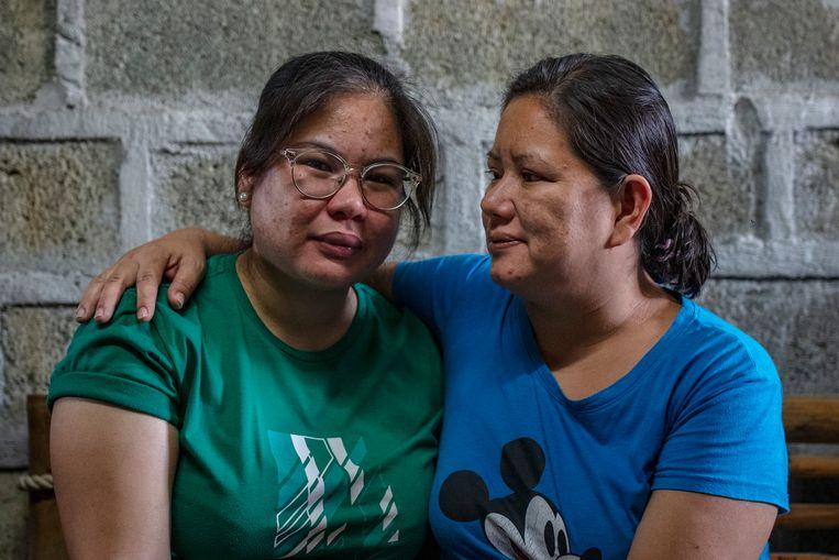Sarah Fernandez (links) is in Manilla teruggekeerd na een vreselijke tijd bij een familie in Saoedi-Arabië. Rechts haar moeder. Beeld Ezra Acayan