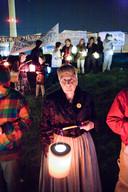 2011: Ruim honderd mensen herdenken bij het licht van lampionnen op het strand voor de Borsselse kerncentrale de slachtoffers van kernramp in het Oekraïense Tsjernobyl.
