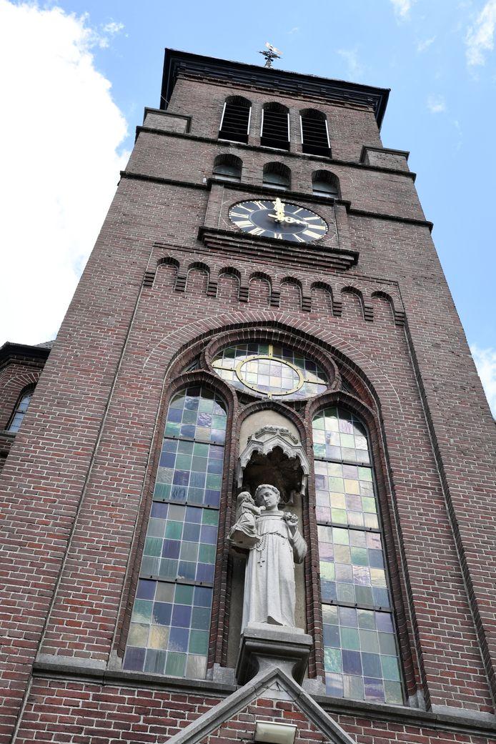Antonius van Padua waakt over de deur van de kerk van Biest-Houtakker, ook al werd die in 2013 aan de eredienst onttrokken.