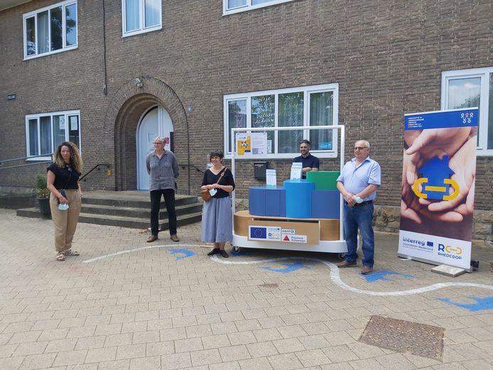 De inhuldiging van de 'aha!'-mobiel, met Nezha Attaf en Kathleen Helsen van Kamp C, schepen Steve D'Hulster (Mortsel), schepen Karel Van Elshocht (Kontich) en energiemeester Bruno.