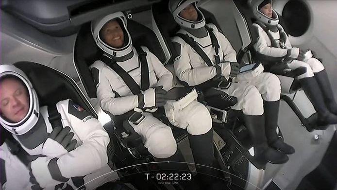 Crewleden Hayley Arceneaux, Jared Isaacman, Sian Proctor and Christopher Sembroski zitten klaar voor de lancering.