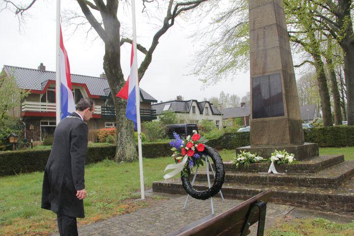 Burgemeester Slinkman legt een krans bij de Naald in Berg en Fal.