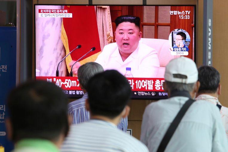 Bewoners van de Zuid-Koreaanse hoofdstad Seoul kijken naar de Noord-Koreaanse leider Kim Jong Un. Beeld AP