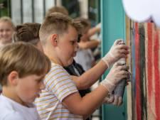 Leerlingen gaan met kwasten en graffiti los op hun school, voordat ie tegen de vlakte gaat