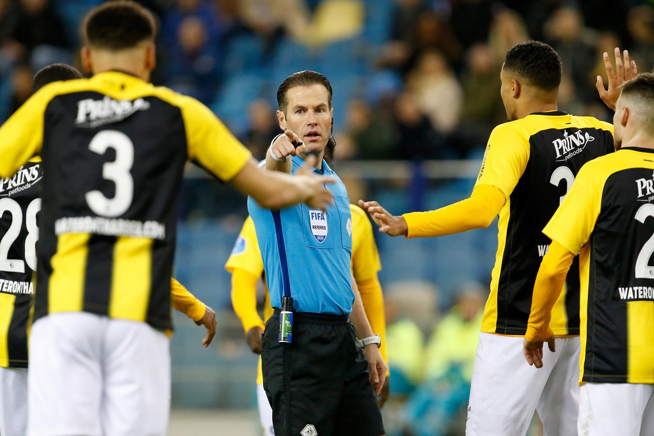 Scheidsrechter Makkelie wijst naar de stip in GelreDome. In samenwerking met de VAR volgt een strafschop voor PSV in het duel met Vitesse.