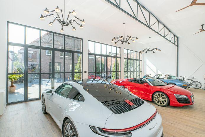 De toonzaal met de klassieke Porsches.