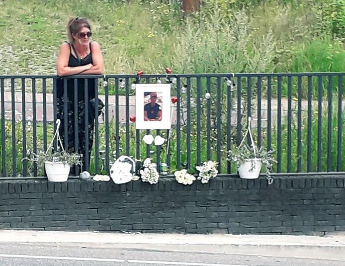 Moeder Chantal ten Have hing zaterdag meteen weer een nieuwe foto op en legde bloemen neer op de plek waar haar zoon Nick verongelukte.
