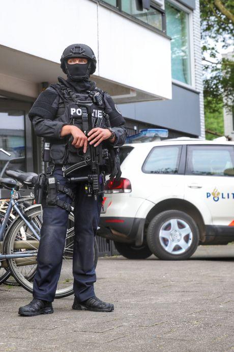 Zwaarbewapende politie valt woning binnen in Overvecht