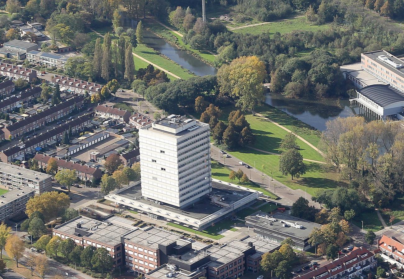 Het belastingkantoor aan de Karel de Grotelaan in Eindhoven (onder) wordt als het aan de Rijksvastgoeddienst ligt, omgebouwd tot woningen. In 2022 komt het gebouw vrij. De dienst verhuist wellicht al eerder naar het voormalige Rabobank-gebouw aan de Fellenoord. FOTO RONALD OTTER