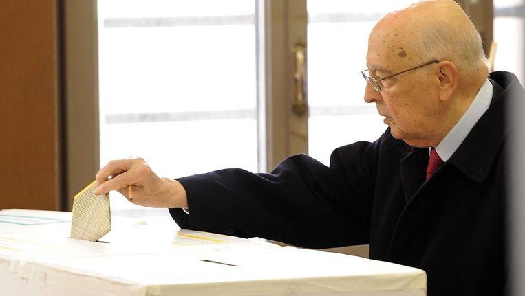 De Italiaanse president Giorgio Napolitano brengt zijn stem uit Beeld epa