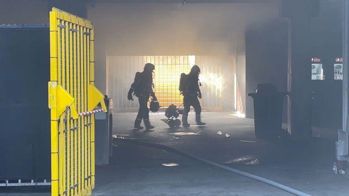 De brandweer tijdens de bluswerken in Jan Breydel.
