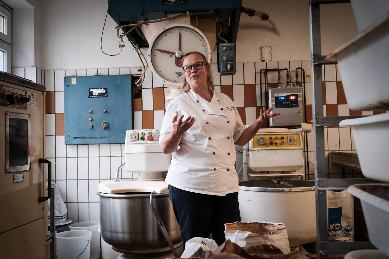 Sabine Möller in haar bakkerij. Ze vindt dat klimaatactivisten 'best zinnige dingen zeggen, maar hun toon bevalt me niet'.  Beeld Daniel Rosenthal/de Volkskrant