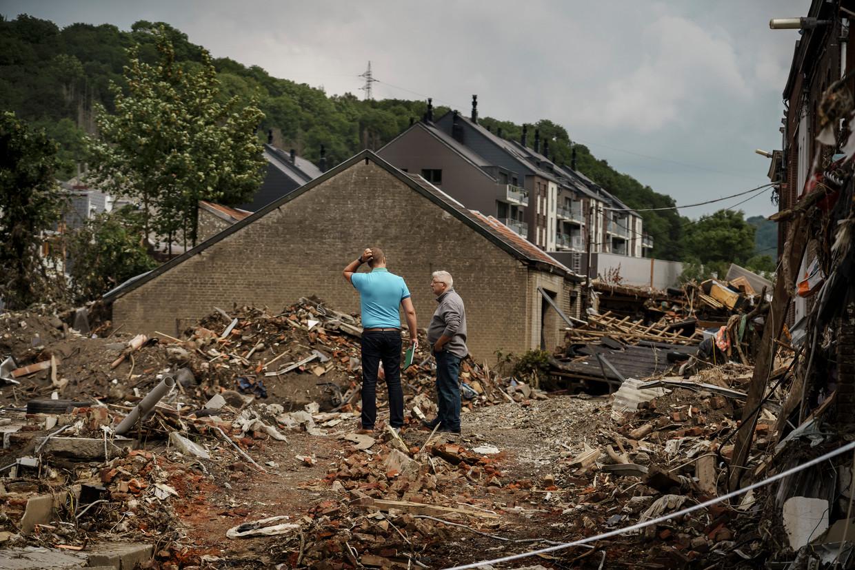 Na tien dagen lijkt de hulpverlening in het zwaarst getroffen deel van Pepinster vooral een privé-initiatief van mensen en bedrijfjes die huizen helpen ruimen of voedsel komen aanbieden.  Beeld Eric de Mildt