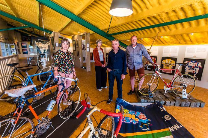 In het Hennie Kuiper Wielermuseum verkondigen Esther van Loon , Ineke Eijsink , Hennie Kuiper  en Henk Teussink (vlnr) het grote belang van regelmatig bewegen voor senioren.