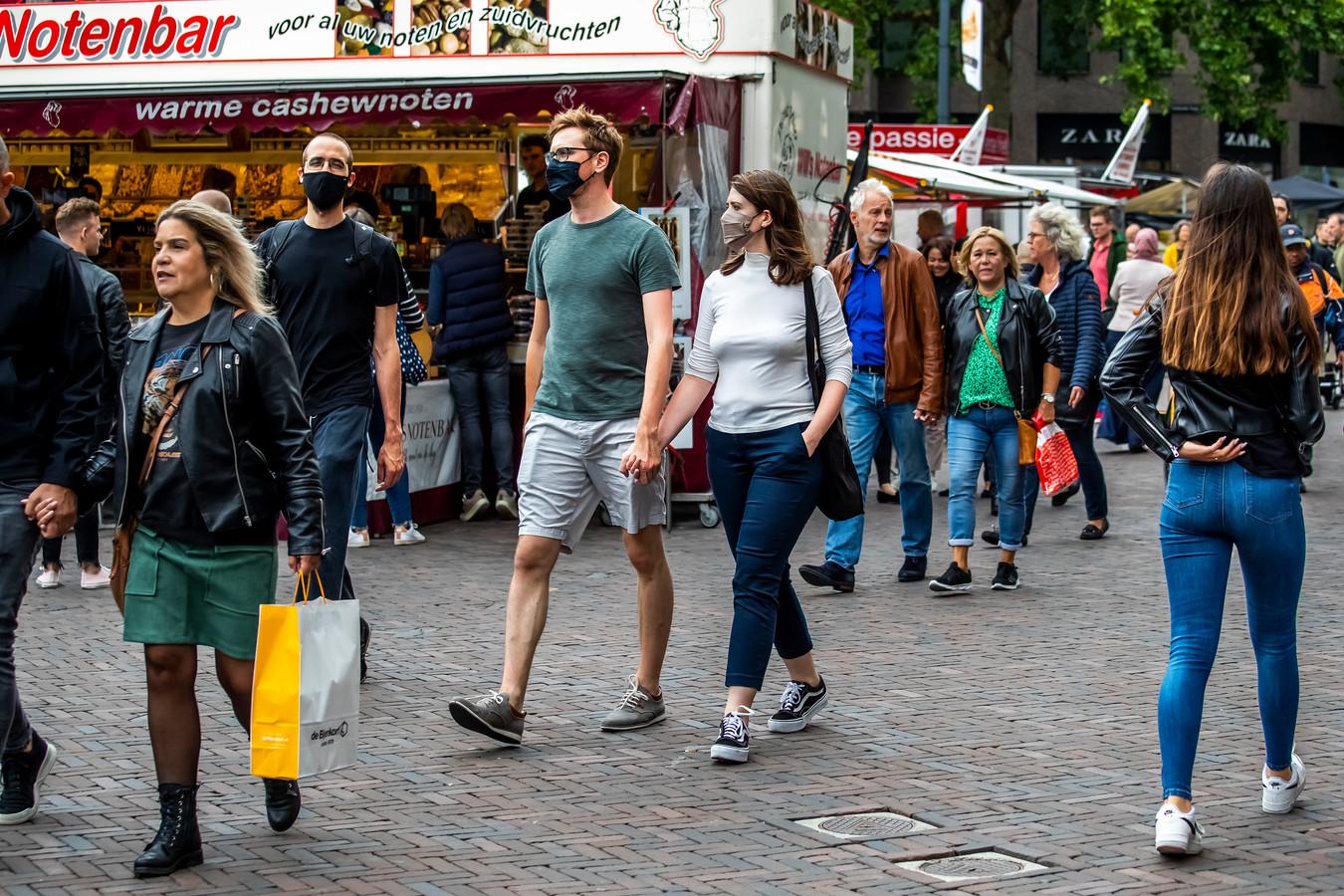 Vooral op zaterdagen is de Utrechtse binnenstad volgens de politiek nu te druk om goed afstand te kunnen houden, zoals hier op het Vredenburgplein.