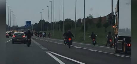 Een van scooterrijders op A73 stapt zelf naar politie