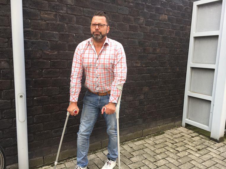 Friturist Dirk Sampers uit Passendale loopt nog steeds met krukken.
