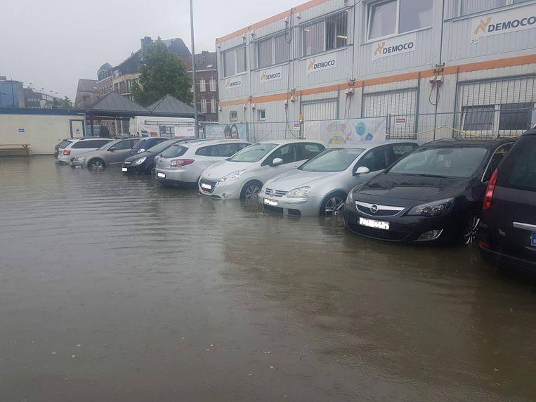 De parking aan het NMBS-station in Sint-Truiden is deels ondergelopen. Een aantal wagens werden getakeld. Beeld RV