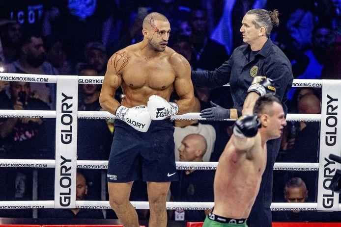 Badr Hari staat weer nadat hij knock-out ging. De kickbokser is wel zwaar gehavend aan zijn hoofd.