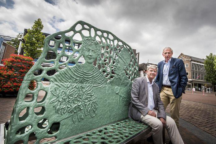Reinder Witting (links) en Henk Dassen bij het Bankje van Menthol en Roosje, dat er mede dankzij een bijdrage van de stichting kon komen.