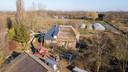 De boerderij vanuit de lucht, met op de achtergrond de tuinen van de Stadsakkers. De groente- en fruitkweker wordt betrokken bij het nog onbekende programma over duurzaamheid in Apeldoorn.
