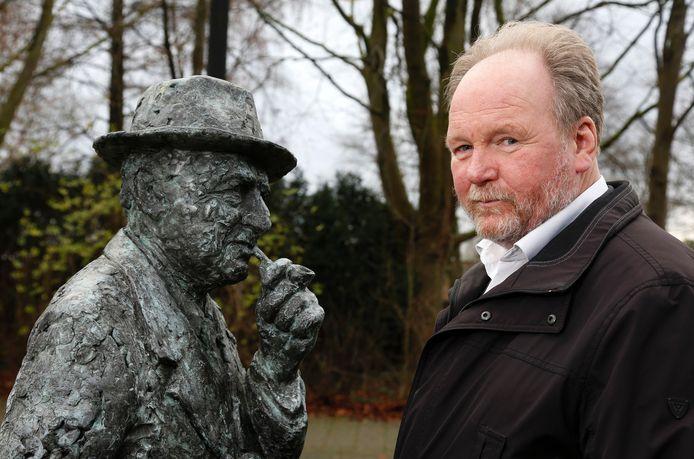 Cees Liefting bij het borstbeeld van zijn voorbeeld, Honoré Colsen uit Sluiskil die eind jaren vijftig - met enig succes - actie voerde voor vrije veerdiensten over de Westerschelde.