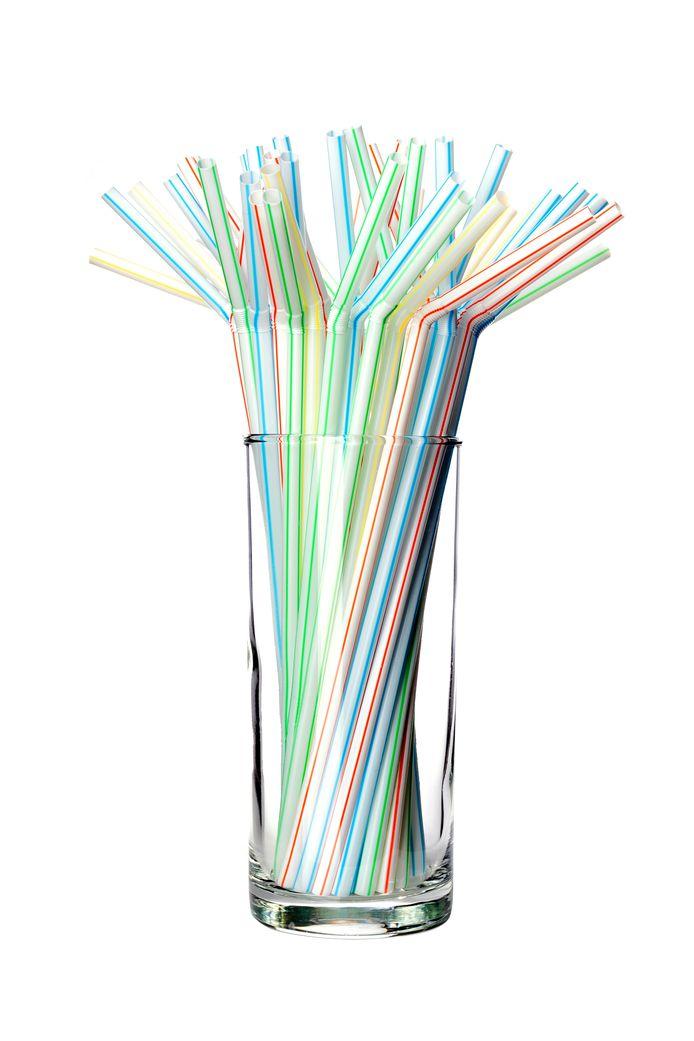Milieuionvriendelijke materialen - zoals plastic rietjes - gaan op veel plekken in de ban.