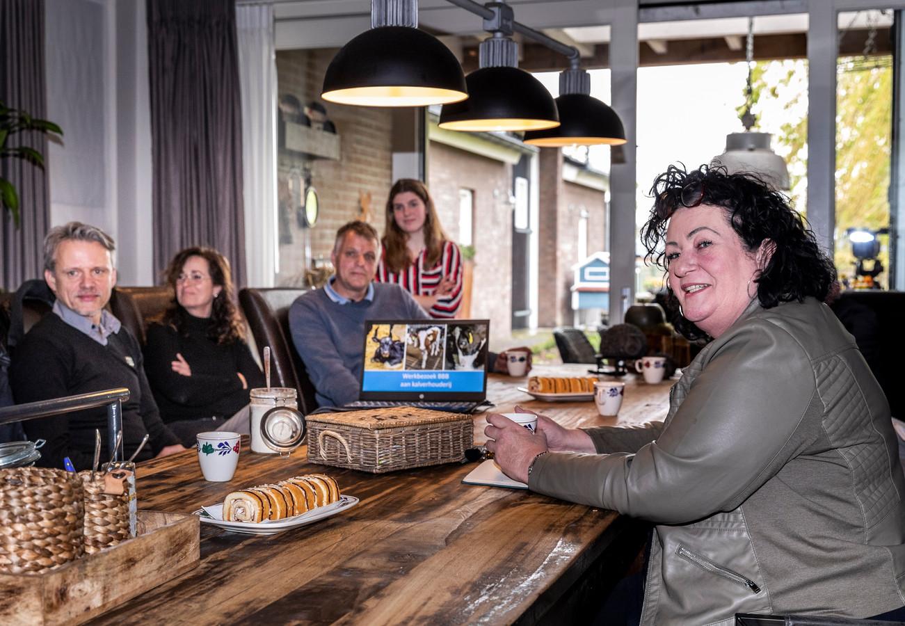 Caroline van der Plas op werkbezoek bij het kalverenbedrijf van Stefan Thelosen (op de achtergrond met vrouw en kinderen).