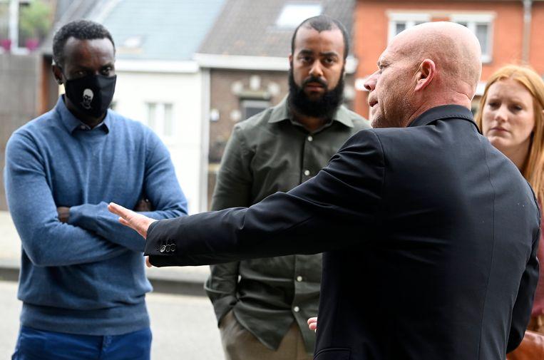 Advocaat Sven Mary in gesprek met Papis Dia en Seydou Dia, de vader en broer van Sanda Dia. Beeld Photo News