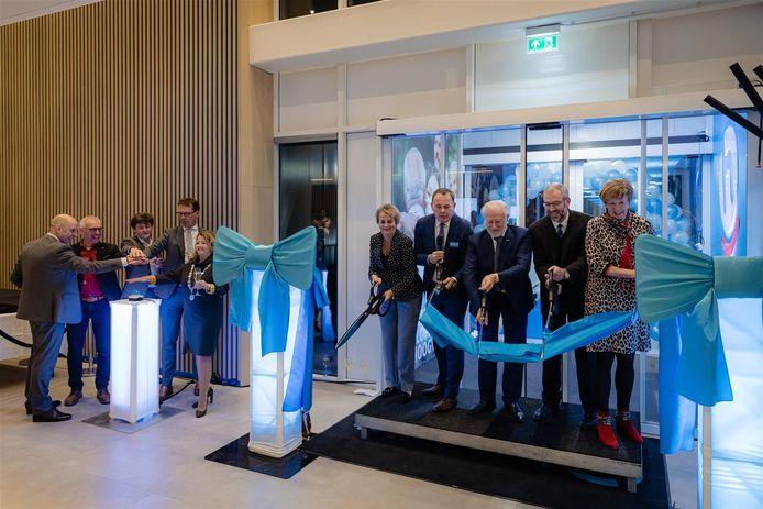 De openingshandeling van distributiecentrum van Hoogvliet, met in het midden Leen Hoogvliet.