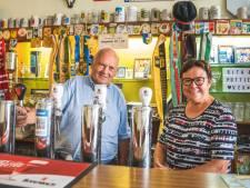 """Op bezoek bij Pottie (74) en Rita (71), de oudste cafébazen van de Overpoort: """"We zijn al naar zoveel trouwfeesten en babyborrels mogen gaan"""""""