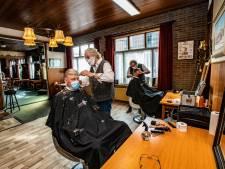 Eindelijk weer leven in de brouwerij; café Jansen in Holten opent deur voor kappersklanten Drent