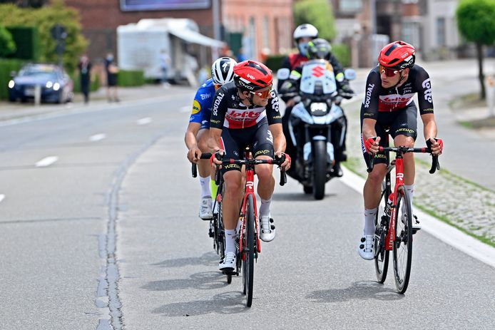 Tosh Van der Sande (links) overlegt in de vroege vlucht met ploegmaat Brent Van Moer. Beiden beginnen zaterdag in Brest aan hun eerste Tour.