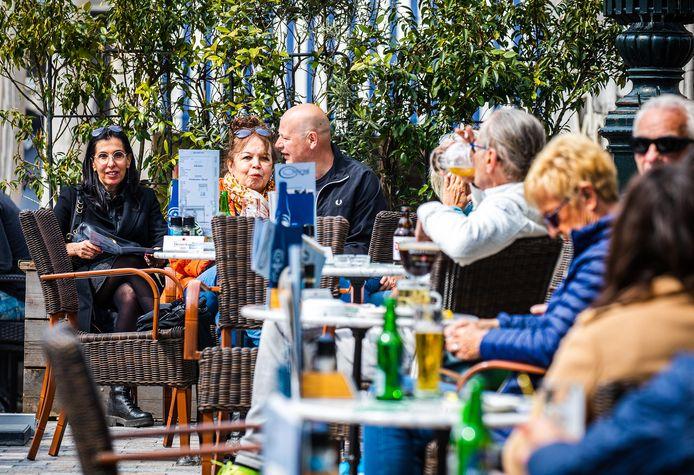 Mensen genieten van de terrassen in de binnenstad van Dordrecht.