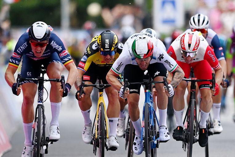 Tim Merlier (l), Dylan Groenewegen, Giacomo Nizzolo (tweede rechts) en Elia Viviani strijden in de tweede etappe van de Giro om de winst. Nizzolo wordt winnaar. Beeld Getty Images
