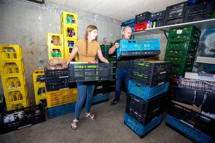De 26-jarige Joyce Schuil runt haar eigen voedselbank vanuit een garagebox.