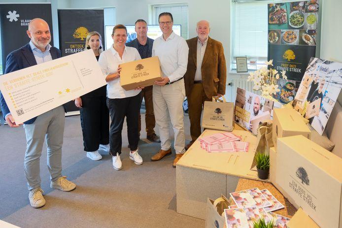 De partners stelden de box met plezier voor en overhandigden meteen de allereerste box aan Didier Pierre van het bedrijf NNOF in Vilvoorde.