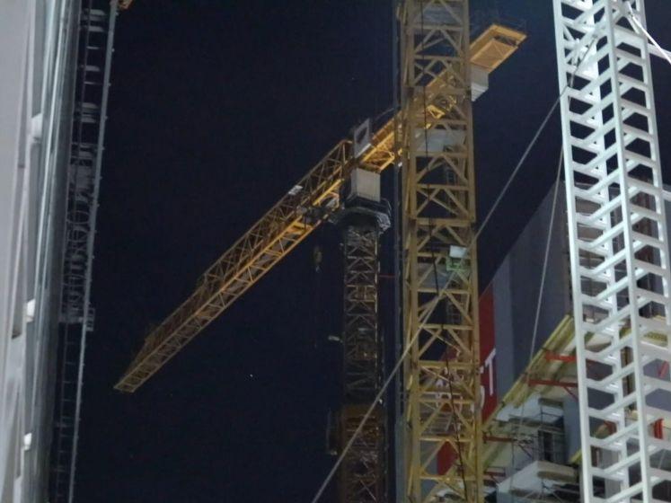 Man valt in slaap in 75 meter hoge bouwkraan, arrestatieteam klimt omhoog