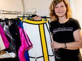 Sandra wast en strijkt last minute alle kostuums op het songfestival