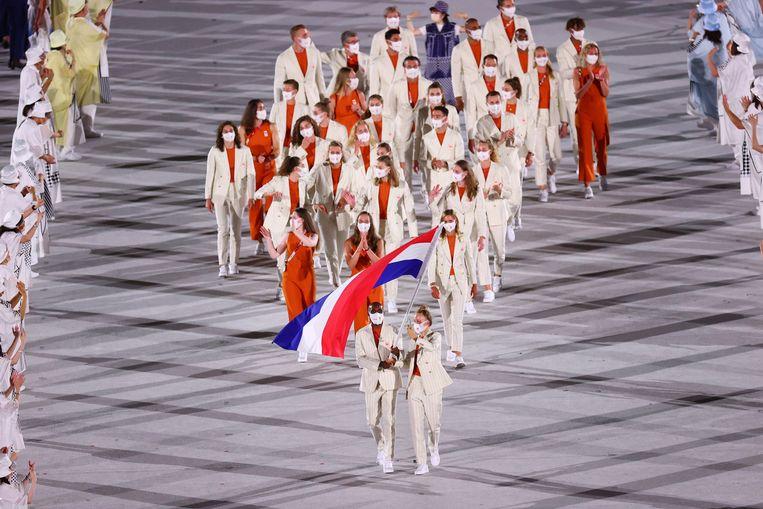 Sprinter Churandy Martina en skateboarder Keet Oldenbeuving dragen de vlag voor Nederland, als de oudste en jongste deelnemer in de Nederlandse afvaardiging. Beeld REUTERS