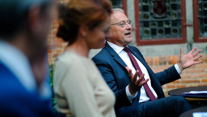 Kulak-rector Piet Desmet (rechts) aan het woord, dinsdagmiddag in de Beatrijszaal van het historisch stadhuis