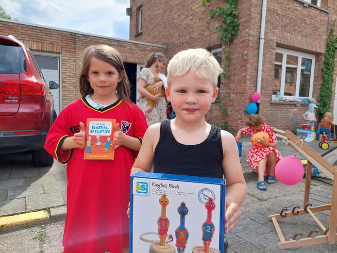 Binti en Steal met hun cadeautje in de speelstraat in de Rijmsdam.