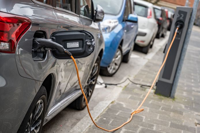 Een elektrische auto aan een laadpaal.