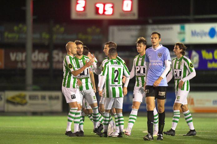 Maarten Boddaert en Remon Koenen (Achilles Veen) feliciteren elkaar met de 2-0. Achilles is een van de gedupeerde amateurclubs.