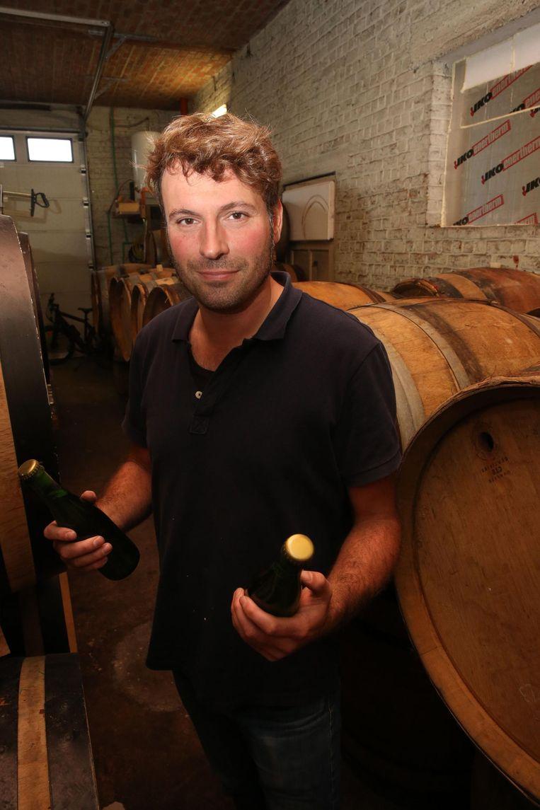 Jo Panneels met twee van de eerste flesjes Oude Geuze Brett-Elle in de tonnenzaal in Ruisbroek.