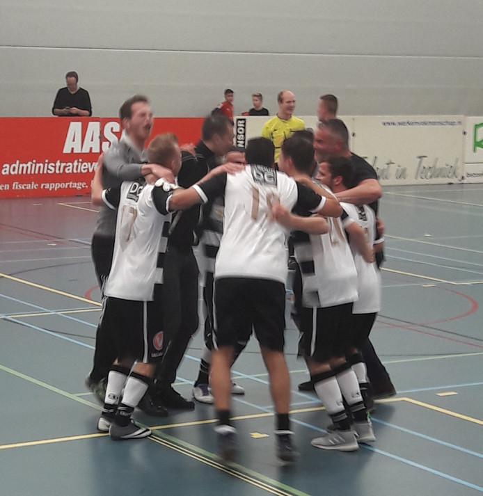 De spelers van Breskens vieren de zege in het soccertoernooi. In de finale werd Terneuzen met 4-3 verslagen.
