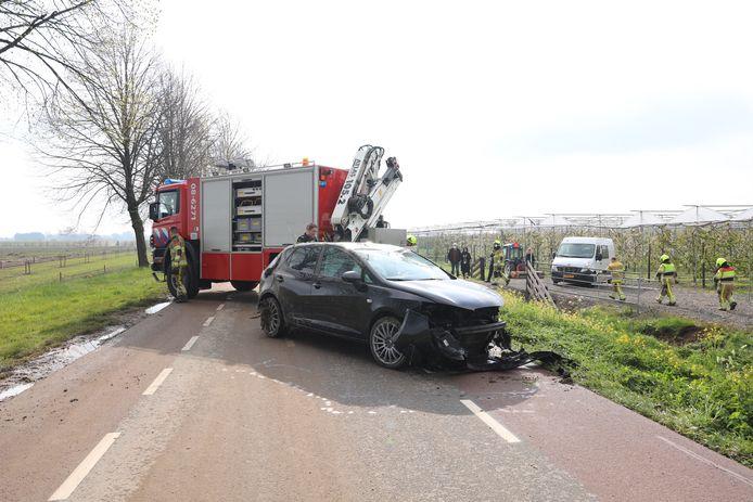De zwaar beschadigde wagen is door de brandweer uit de sloot langs de Tielerweg in Geldermalsen getakeld.