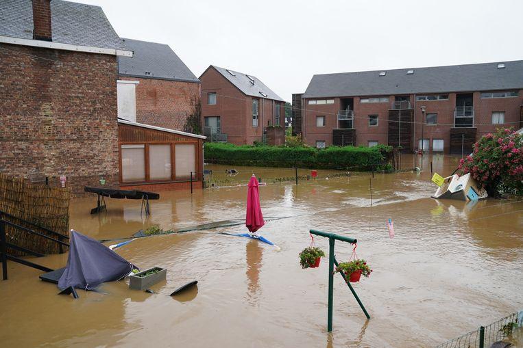 Schade aan de tuin of voorwerpen die erin staan - zoals een paraplu, speelgoedhuisje en zwembad hier in Rochefort - worden noch door een gewone brandverzekering, noch door de overheid vergoed. Beeld BELGA