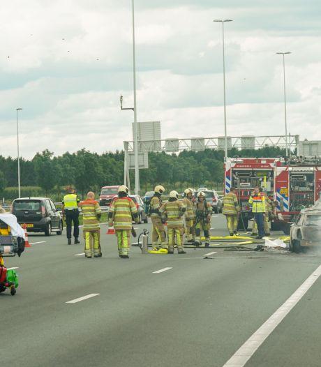 Heldhaftige chauffeur trekt op snelweg bestuurster uit brandende auto